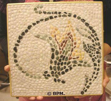 Ceci est une photo de la mosaique de Marie-Paule en galets, représentant un motif végétal antique d