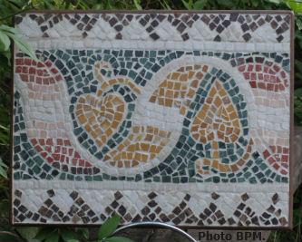 Ceci est une photo de la mosaique de Blandine, réalisée en marbres, représentant un ruban végétal, musée des mosaïques romaines d