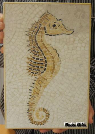Mosaique de Bernadette tout en marbre, représentant un hippocampe.