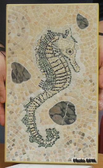 Mosaique de Dominique C tout en marbre, représentant un hippocampe.