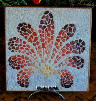 Mosaique de Sara, tout en en galets représentant une palmette.