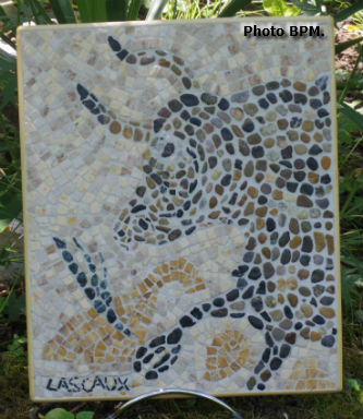 Mosaique de Jeff, en galets et en marbre, interprétation du taureau de la grotte de Lascaux (peinture pariétale).