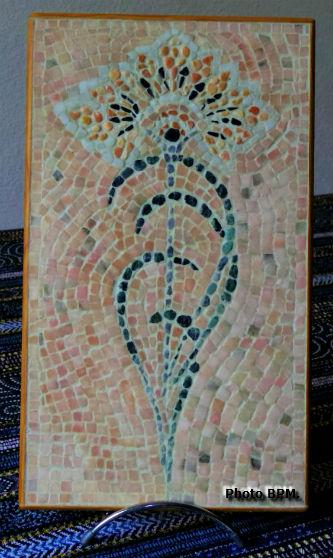 Mosaique de MPaule en galets et en marbre, représentant un motif art déco.