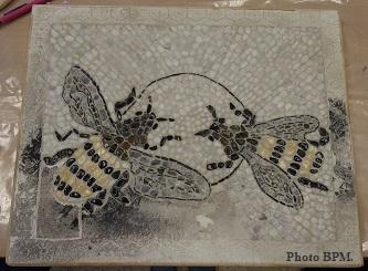 Mosaique de J-François, réalisée tout en galets, représentant 2 abeilles.