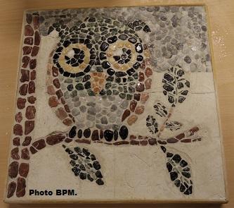 Mosaique de Lien-Ha tout en galets représentant une chouette.