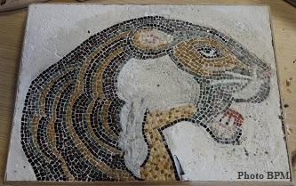 Mosaique de Dominique, tout en marbre représentant une tête de lion.