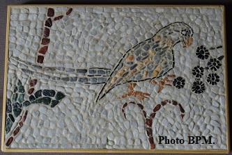 Mosaique de Emile, tout en galets, représentant un oiseau.