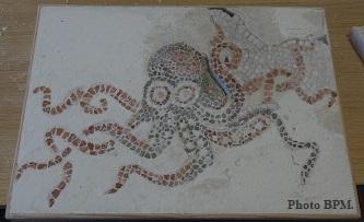 Mosaique de Nathalie, réalisée en galets et en marbre, représentant une pieuvre.