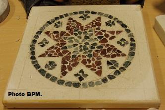 Mosaique de Fati, tout en galets, représentant des zelliges.