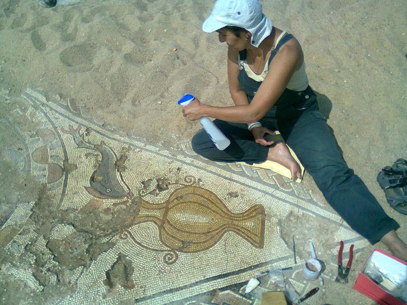 Ceci est une photo de Béatrice Pradillon-Marques finissant de restaurer un canthare, en juillet 2013 à Rabaçal.